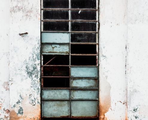 door cracks cuba